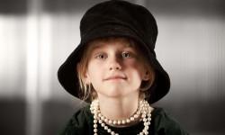 flicka med stor hatt