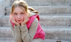flicka tänker på trappa