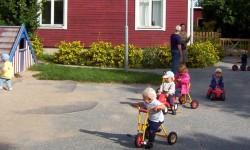 forskola-med-barn-som-leker-ute