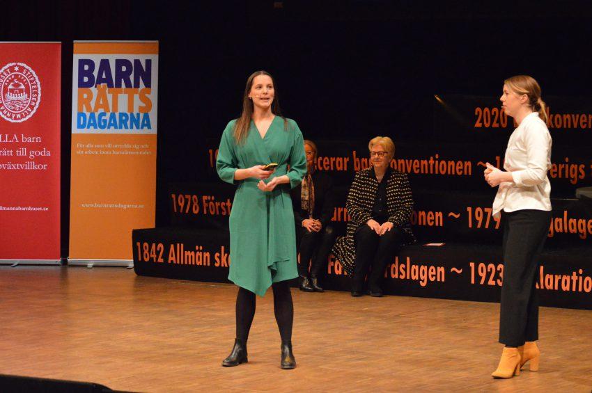 Therése Jarland och Elin Hågeby Caicedo från organisationen Maskrosbarn står på stora scenen under Barnrättsdagarna.